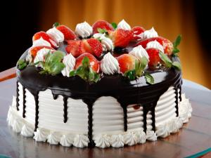Cake of cream, chocolate and strawberries