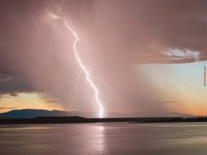 A lightning breaking the horizon