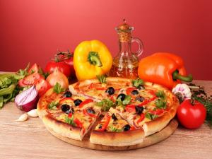 Pizza with cheese and fresh vegetables