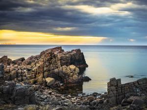 The sea cutting the horizon
