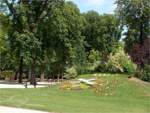 Clock flowerbed (Parc de la Pépinière, Nancy, France)