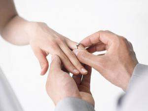 Putting the ring to the bride