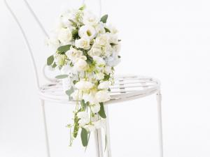 Bouquet of white roses for a romantic wedding