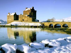 Eilean Donan castle, beside Loch Duich (Scotland)