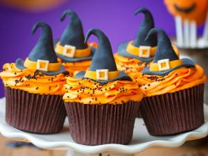 Halloween Cakes, with a witch hat