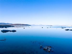 Blue waters in Mono Lake (California)