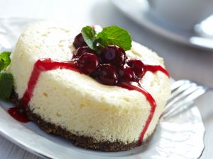 Cheesecake with cherries and jam