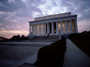 Night view of the Lincoln Memorial, in Washington D. C.