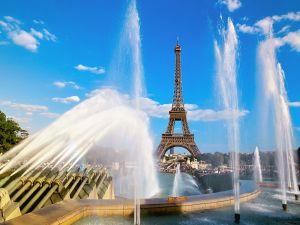 Fountains near the Eiffel Tower (Paris, France)