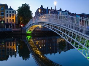 The Ha'penny Bridge (Penny Ha'penny Bridge) over the River Liffey, Dublin (Ireland)