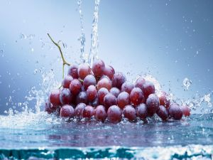 Grapes bathed in water