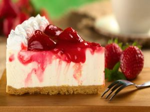 Cheesecake with strawberries and cream