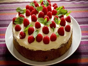 Cream cake with raspberries