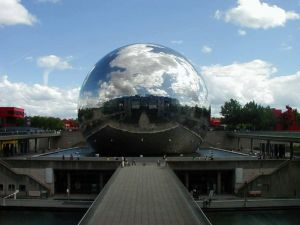 Spherical building covered of mirrors
