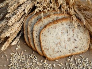 Slices of bread with wheat and oats