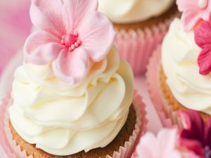 Cupcakes decorated with cream and flowers