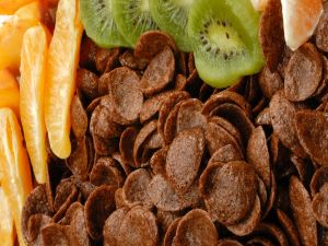 Chocolate corn flakes with orange and kiwi