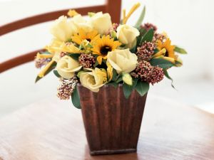 Small floral composition of roses and sunflowers