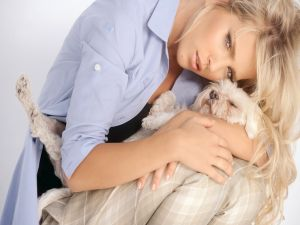 Luisana Lopilato hugging a puppy