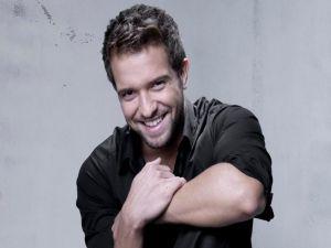 A smiling Pablo Alborán