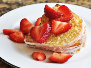 Piece of cake with strawberries