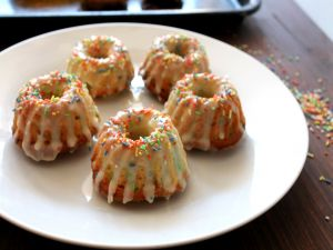 Mini bundt cakes with colored noodles
