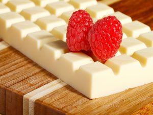 White chocolate bar with raspberries