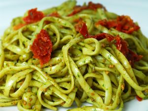 Noodles to the pesto with tomatoes