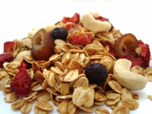 Rolled oats with dates, red fruits and cashews