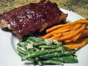Ribs with sauce, beans and carrots