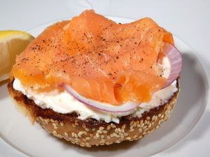 Seed bread with cream cheese, smoked salmon and onion