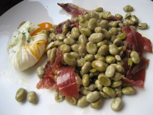 Beans with Iberic ham and egg