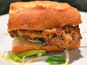 Chicken bocadillo with scallions sauce