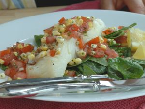 Hake fillet with spinach, corn and tomato