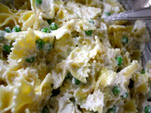 Bow tie pasta with cream of cheese and peas