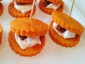 Biscuit sandwiches with cheese cream and dates