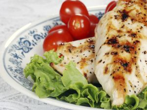 Grilled chicken breasts with lettuce and tomatoes