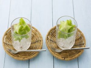 Carambola in glasses with ice