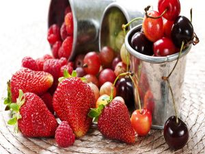 Varied red fruits