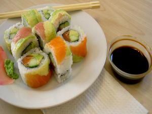 Salmon uramaki with wasabi
