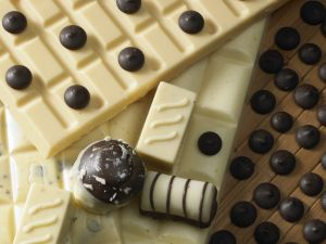 Tablets of white chocolate and black chocolate buttons