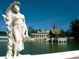 Beautiful statue at edge of lake