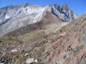 Bayssellance refuge (2.651 m) at the base of Vignemale