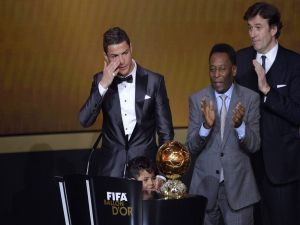 Cristiano weeps to receive the Ballon d'Or 2013